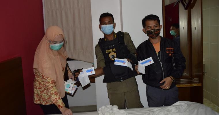 Satpol PP Tangerang Selatan saat melakukan operasi yustisi. (Foto: TitikNOL)