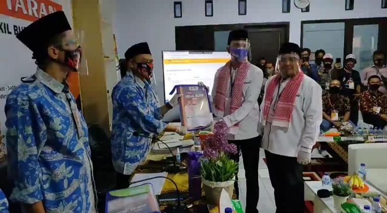 Bakal Pasangan Calon (Bapaslon) Bupati dan Wakil Bupati Serang, Nasrul Ulum dengan Eki Baihaki saat menyerahkan berkas pendaftaran ke KPU Kabupaten Serang, Minggu (6/9/2020). (Foto: TitikNOL)