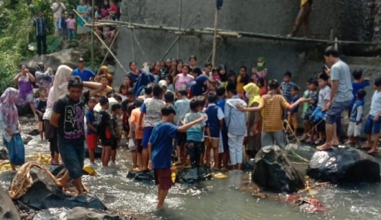 Kerumunan warga Padarincang saat melihat kondisi mayat bayi perempuan yang dibungkus sarung di kali Cikalumpang. (Foto: TitikNOL)