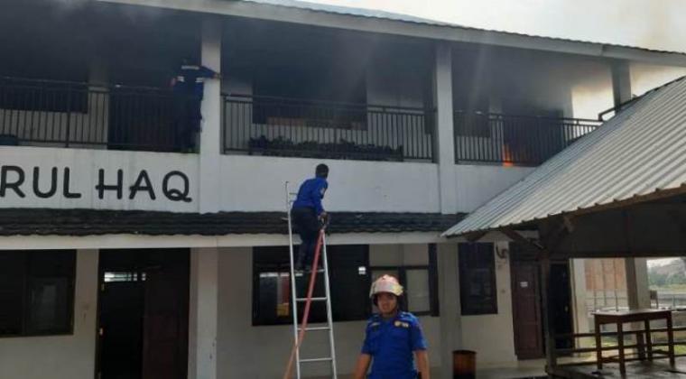 Petugas pemadam kebakaran (Damkar) Dinas Satpol PP Pemkab Lebak saat memadamkan api. (Foto: TitikNOL)