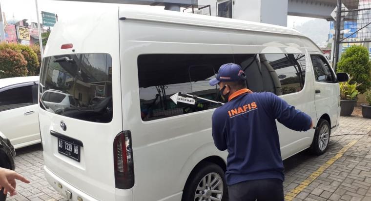 Petugas Inafis Satreskrim Polres Cilegon saat melakukan identifikasi di mobil Toyota Hiace yang menewaskan security Pelabuhan Merak. (Foto: TitikNOL)