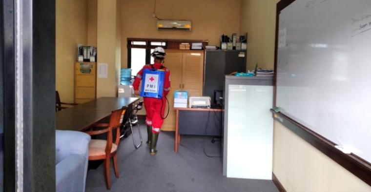 Penyemprotan disinfektan di gedung DPRD Kota Cilegon. (Foto: TitikNOL)