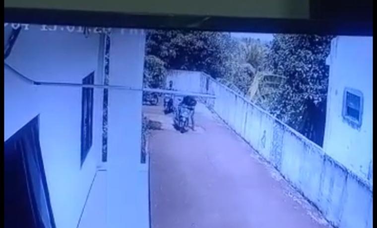 Rekaman CCTV pencurian sepeda motor di depan area parkir kantor Gabungan Pengusaha Kontruksi (Gapensi) Kabupaten Lebak. (Foto: Istimewa)