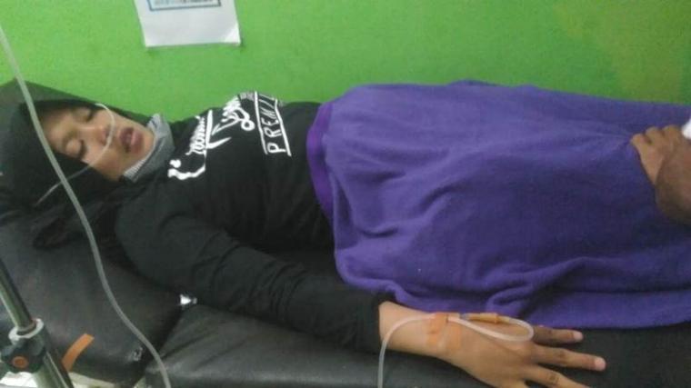 Kondisi seorang IRT (30) saat mendapatkan perawatan di rumah sakit usai menyantap bakso. (Foto: TitikNOL)