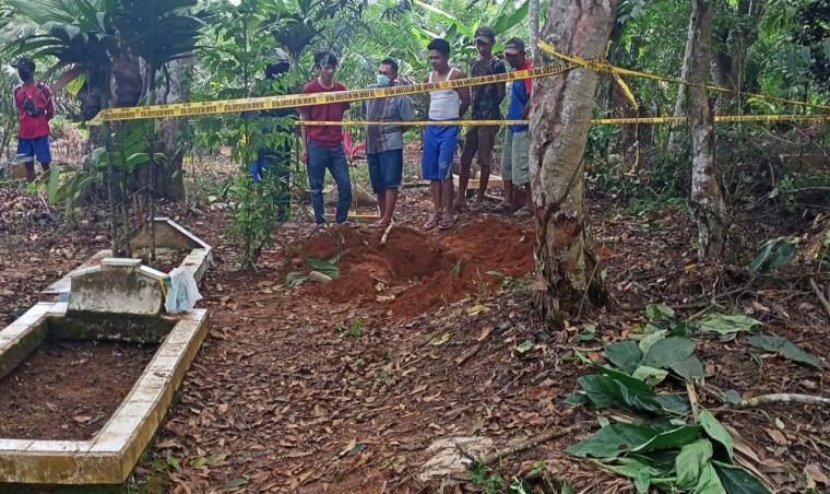 Warga berkumpul di lokasi kuburan yang sudah digaris polisi. (Foto: TitikNOL)