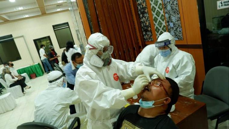 Pelaksanaan swab dilakukan petugas dari Dinas Kesehatan (Dinkes) Provinsi Banten di ruang GSG DPRD Banten. (Foto: TitikNOL)