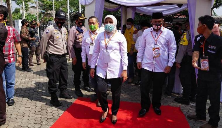 Ratu Ati Marliati - Sokhidin saat mendaftar ke KPU Kota Cilegon. (Foto: TitikNOL)