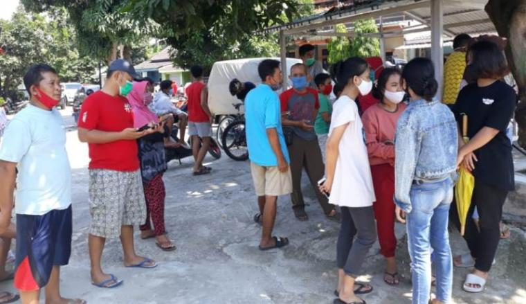 Puluhan warga perumahan BAP menyaksikan penggerebekan tersangka pembuka praktek kesehatan ilegal yang dilakukan oleh Polda Banten. (Foto: TitikNOL)
