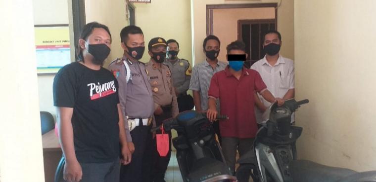 Pelaku pencurian kendaraan bermotor (curanmor) beserta barangbukti yang dibekuk tim unit Reskrim Polsek Sajira Polres Lebak. (Foto: TitikNOL)