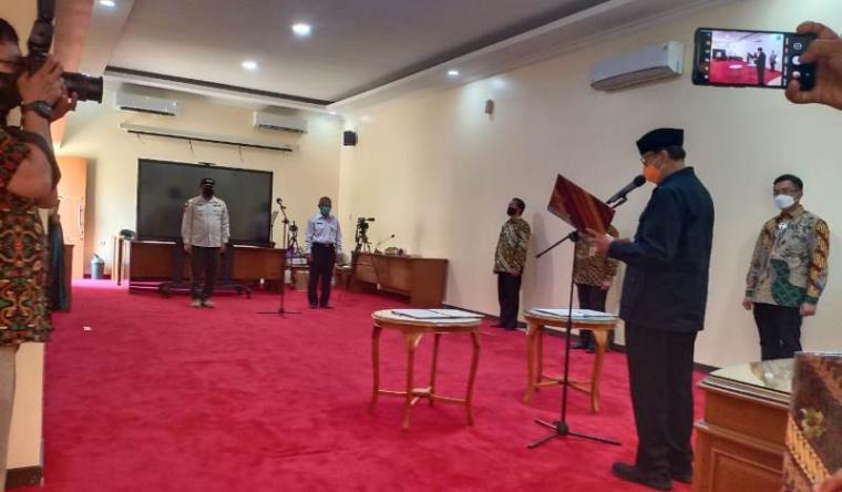 Gubernur Banten Wahidin Halim saat melantik dua pejabat eselon II untuk menjadi Kepala Satpol-PP dan Kepala Dinas Pariwisata Provinsi Banten. (Foto: TitikNOL)