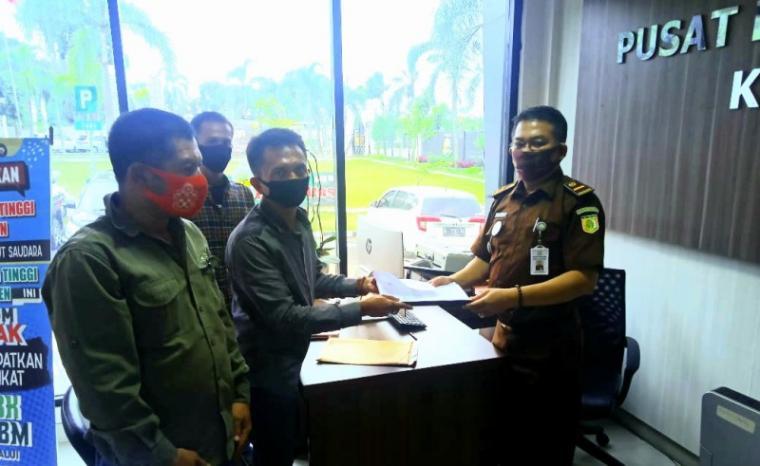 Lembaga Swadaya Masyarakat (LSM) Aliansi Banten Menggugat (ABM), saat melaporkan kasus dugaan Korupsi, Kolusi, Nepotisme (KKN) di Unit Layanan Pengadaan (ULP) Kota Cilegon ke Kejaksaan tinggi (Kejati) Banten. (Foto: TitikNOL)