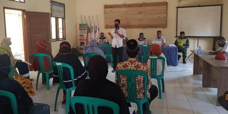 Kepala Desa Bayah Timur A iyep Iswahyudi saat memberikan sambutan kepada penerima BLT tahap III. (Foto: TitikNOL)