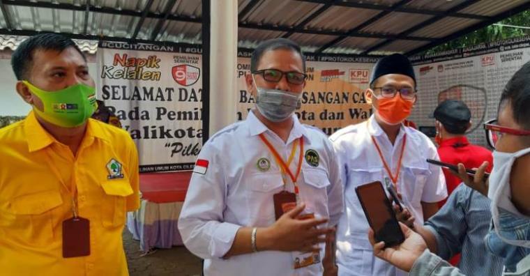 Ketua Tim Pemenangan Pasangan Ati-Sokhidin, Isro Mi'raj, saat memberikan keterangan kepada awak media beberapa waktu lalu di Kantor KPU Kota Cilegon. (Foto: TitikNOL)