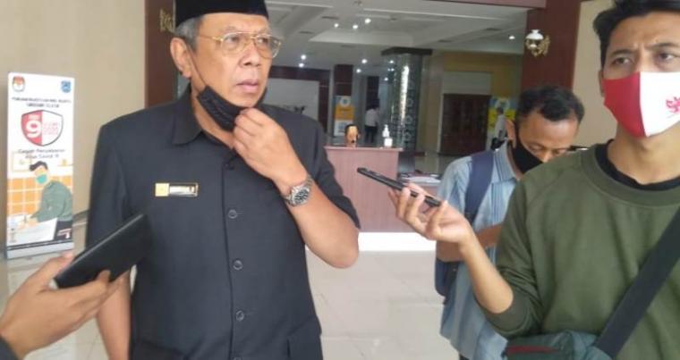 Benyamin Davnie saat diwawancarai sejumlah wartawan. (Foto: TitikNOL)