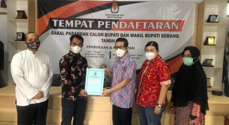 Penyerahan dokumen hasil pemeriksaan kesehatan tim dokter RSDP Serang ke KPU Kabupaten Serang. (Foto: TitikNOL)