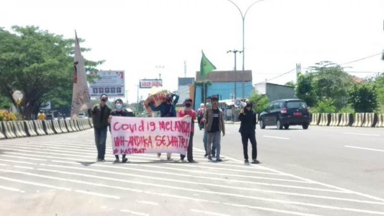 Aksi sejumlah mahasiswa yang tergabung dalam Koalisi Banten Menggugat (Kasibat), di depan Kawasan Pusat Pemerintahan Provinsi Banten (KP3B) di Curug, Kota Serang, Rabu (23/9/2020). (Foto: TitikNOL)