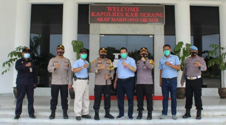 Kapolres Serang AKBP Mariyono foto bersama sejumlah pejabat utama PT Indah Kiat Pulp & Paper dan Kapolsek Kragilan AKP Dadi Permana Putra. (Foto: TitikNOL)