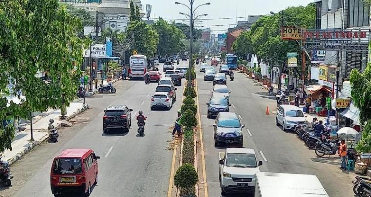 Suasana jalan raya di pusat Kota Cilegon. (Foto: TitikNOL)
