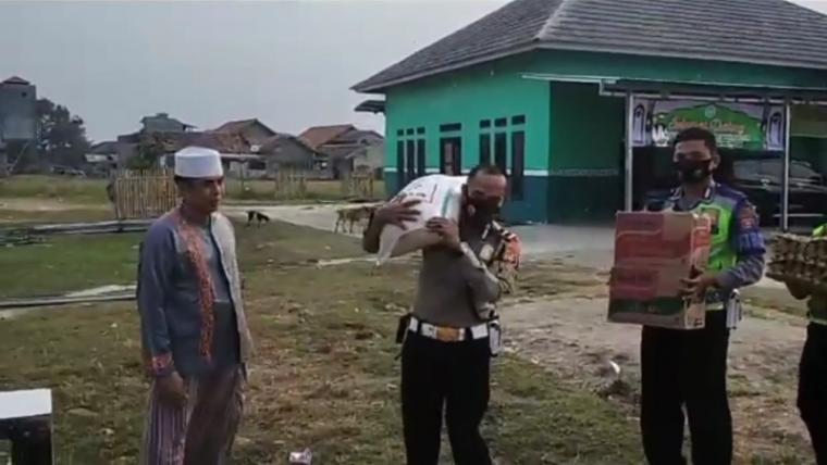 Pembagian sembako disalah satu Pondok Pesantren (Ponpes) di Kota Serang dalam rangka memperingati HUT Lalulintas ke-65. (Foto: TitikNOL)