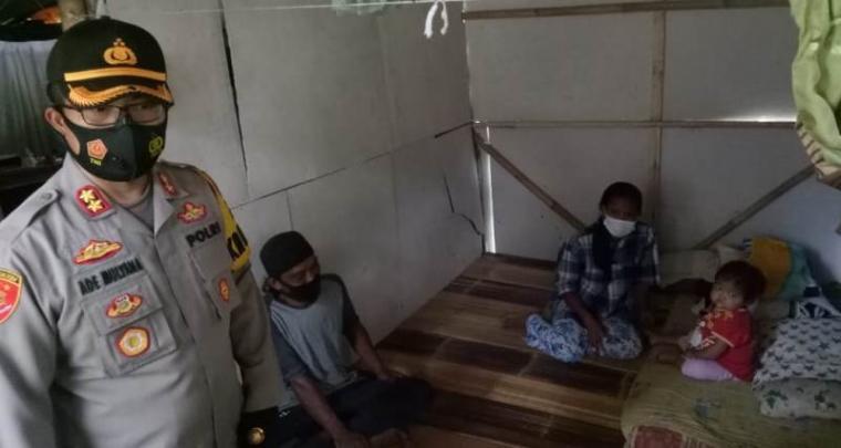 Kapolres Lebak AKBP Ade Mulyana saat mengunjungi kediaman Siti Nona Al-Mydah (4) penderita gangguan ginjal. (Foto: TitikNOL)