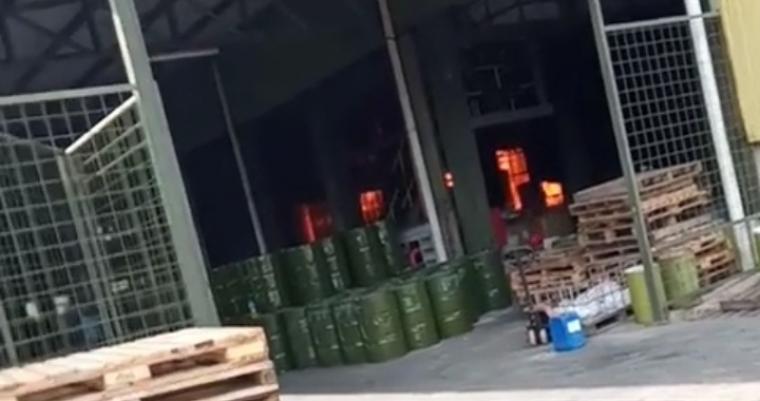 Kebakaran yang terjadi kebakaran di PT. Tunas Sumber Ideakreasi Kimia yang berlokasi di Desa/Kecamatan Cikande, Kabupaten Serang, Jumat (23/10/2020) sore. (Foto: TitikNOL)