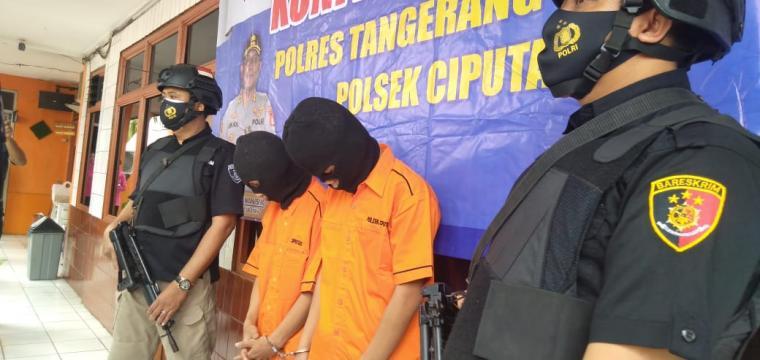 Kedua pelaku tindakan pencurian dengan pemberatan (curat) terhadap korban berinisial WN. (Foto: TitikNOL)