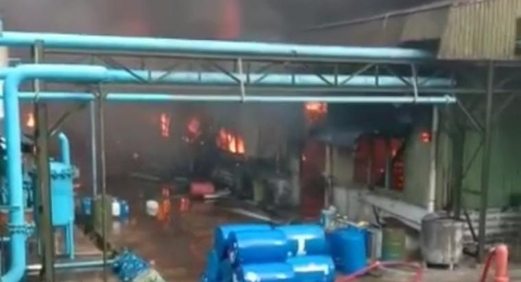 Kebakaran yang terjadi di PT. Tunas Sumber Ideakreasi Kimia yang berada di Jalan Raya Rangkas Bitung kilometer 2 Cikande, Jumat (23/10/2020). (Foto: TitikNOL)