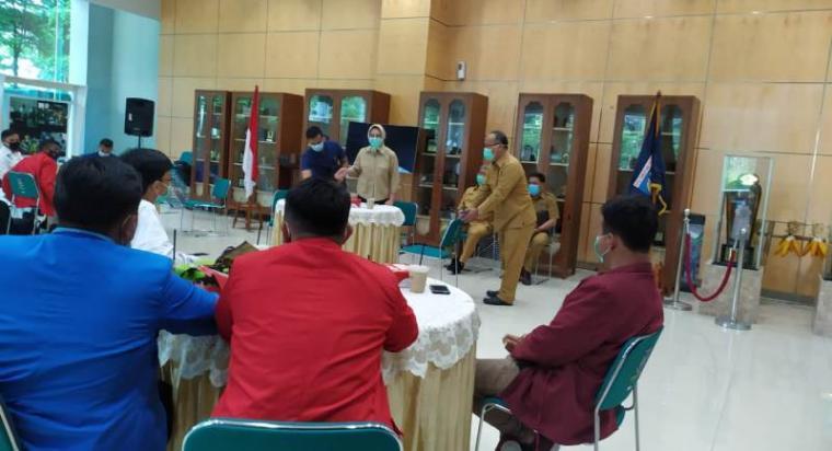 Walikota Tangerang Selatan saat audensi dengan mahasiswa Cipayung plus Tangerang Selatan di Balaikota. (Foto: TitikNOL)