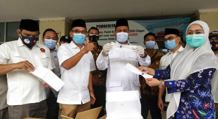 Ketua DPC Gerindra Kota Cilegon, Sokhidin didampingi pengurus saat menyerahkan bantuan alat test swab kepada Plt Direktur RSUD Cilegon, dr Meisuri. (Foto: TitikNOL)