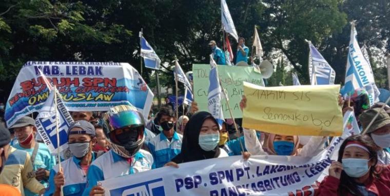 Aksi demo menolak pengesahan RUU Omnnibus Law Cipta Kerja di depan Gedung DPRD Lebak, Kamis (15/10/2020). (Foto: TitikNOL)