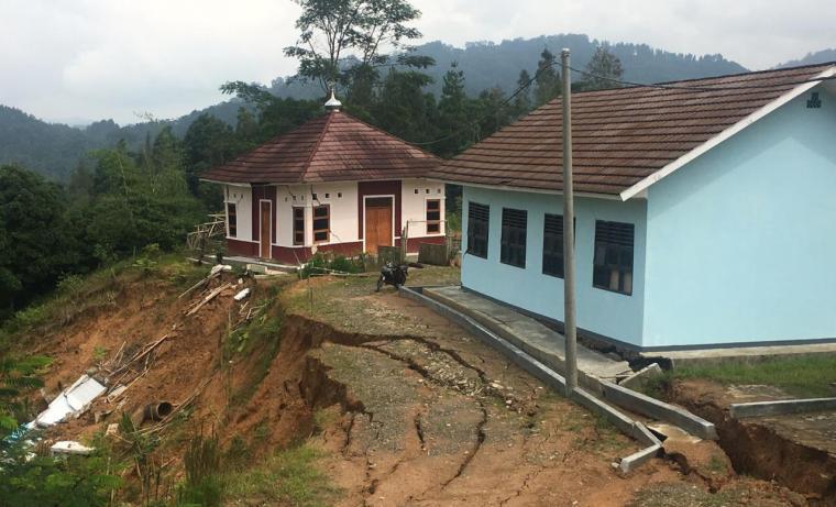 Kondisi tanah longsor yang tidak jauh dari lokasi bangunan SMA N 3 Cibeber. (Foto: TitikNOL)