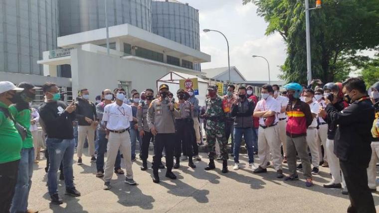 Kapolres Cilegon AKBP Sigit Haryono memberikan himbauan kepada para pengunjuk rasa di salah satu perusahaan. (Foto: TitikNOL)