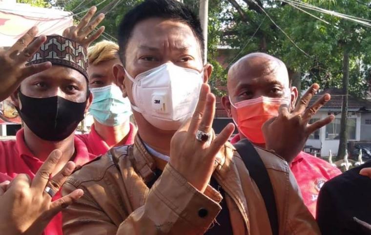 Ketua JARI 98, Willy Prakarsa saat memenuhi panggilan Bawaslu Tangerang Selatan. (Foto: TitikNOL)