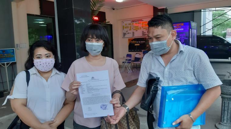 Yuanita, perwakilan dari PT. Vizacomm saat melaporkan ke polisi. (Foto: TitikNOL)