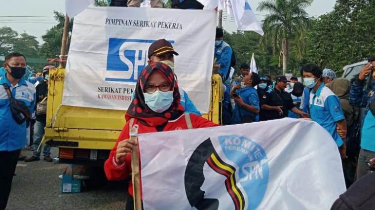 Aksi unjukrasa ribuan buruh yang bekerja di PT. Nikomas Gemilang. (Foto: TitikNOL)