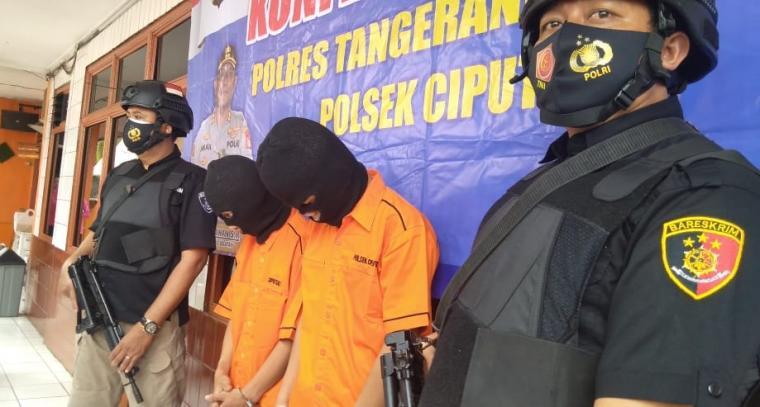 Kedua pelaku penjambretan dengan cara melukai korbannya di jembatan tol, Jalan Cendrawasih Raya, Serua Poncol, Sawah Baru, Ciputat, Kota Tangerang Selatan. (Foto: TitikNOL)