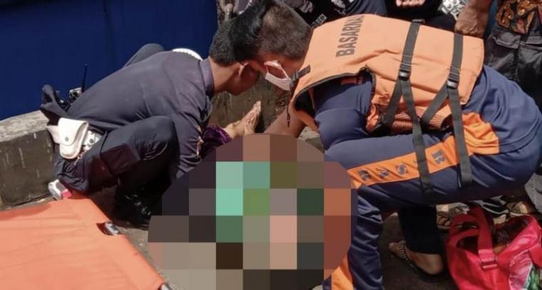 Korban yang tewas terjepit KMP Rajarakata di Pelabuhan Merak dievakuasi. (Foto: TitikNOL)