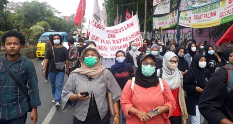 Aksi unjukrasa solidaritas untuk membebaskan 14 demonstran yang ditetapkan tersangka oleh Polda Banten. (Foto: TitikNOL)