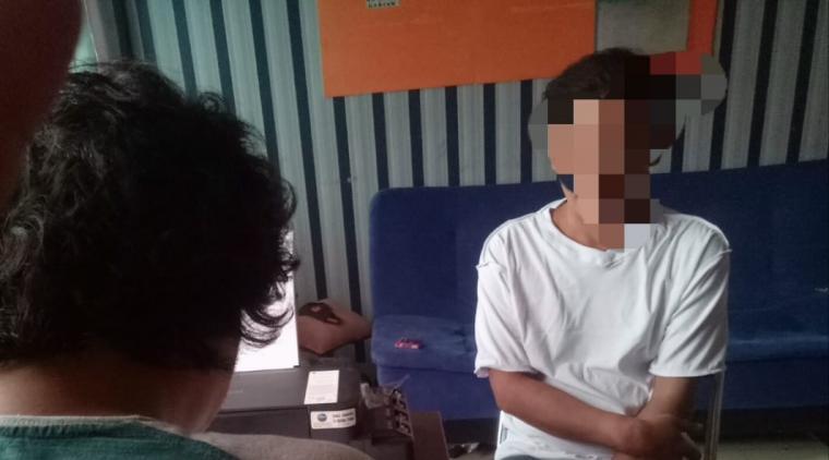 Tersangka pengedar sabu saat diamankan Satresnarkoba Polres Serang. (Foto: TitikNOL)