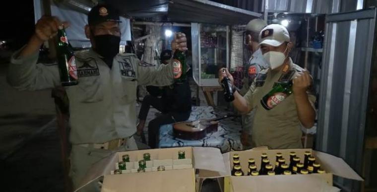 Petugas Satpol PP Kota Cilegon berhasil menyita miras dari warung di JLS Kota Cilegon. (Foto: TitikNOL)