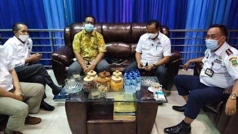 Pengurus Aptrindo Banten saat minta menjelaskan Kadishub Kota Cilegon Uteng Dedi terkait biaya KIR. (Foto: TitikNOL)