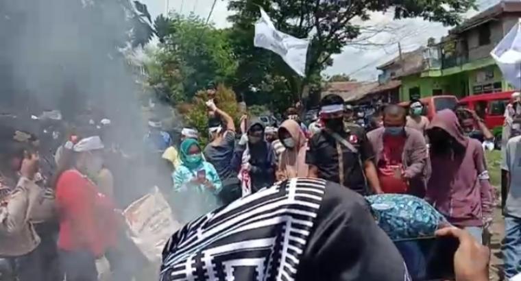 Aksi demo ratusan warga dari gabungan Lembaga Swadaya Masyarakat (LSM) Kabupaten Lebak di depan kantor Bulog Subdivre Lebak - Pandeglang, Senin (18/10/2020). (Foto: TitikNOL)