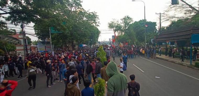 Aksi unjuk rasa ratusan mahasiswa yang tergabung dalam aliansi Geger Banten menolak disahkannya UU Omnibus Law oleh DPR RI di depan kampus UIN SMH Banten, Selasa (06/10/20). (Foto: TitikNOL)