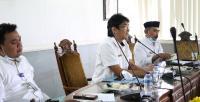 Wali Kota Cilegon, Tb Iman Ariyadi memberikan keterangan kepada wartawan di ruang kerjanya. (Foto: TitikNOL)