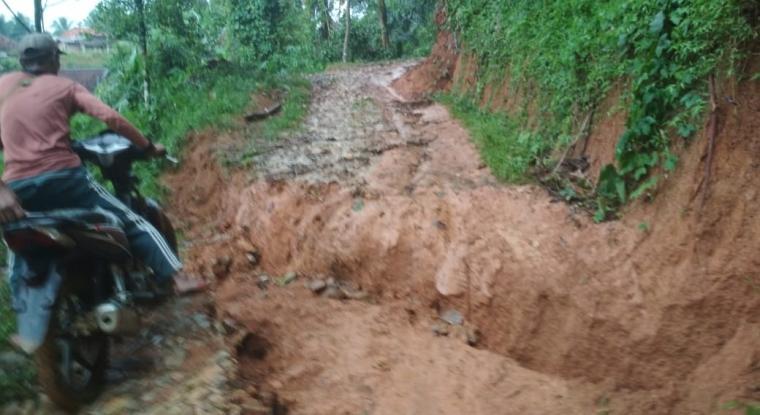 Tanah longsor yang terjadi di Desa Barunai, Kecamatan Cihara, Kabupaten Lebak. (Foto: TitikNOL)