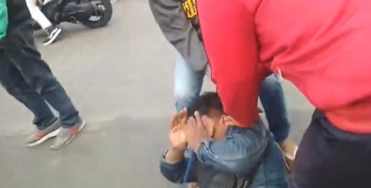 Warga saat mengamankan pelaku perampokan di Cirendeu, Ciputat Timur, Kota Tangerang Selatan. (Foto: TitikNOL)