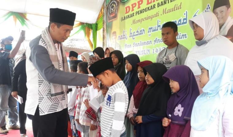 Laskar Pendekar Banten Sejati (Lapbas) saat memberikan santunan kepada anak yatim. (Foto: TitikNOL)