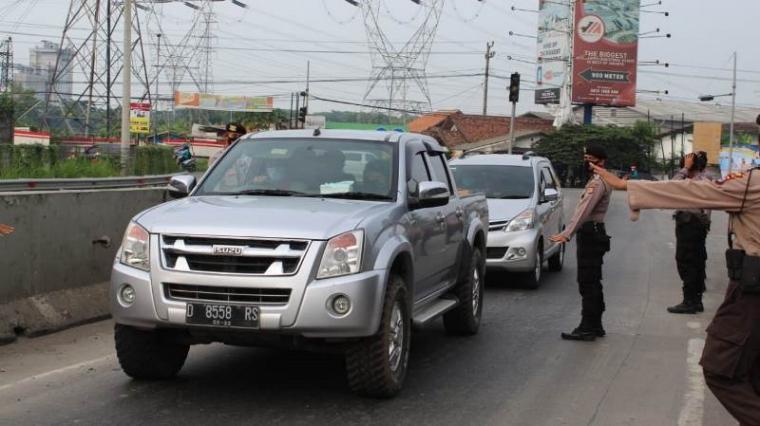 Operasi cipta kondisi penyekatan antisipasi mobilisasi massa buruh yang tergabung dalam Serikat Pekerja Nasional (SPN) Kabupaten Serang dalam rangka penolakan UU Omnibus Law Cipta Kerja di Jakarta. (Foto: TitikNOL)