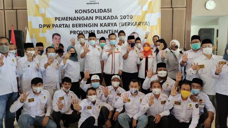 Sekjen DPP Partai Berkarya Badaruddin Andi Picunang foto bersama dengan jajaran pengurus DPW Partai Berkarya Banten dan DPD Partai Berkarya Kota Cilegon. (Foto: TitikNOL)