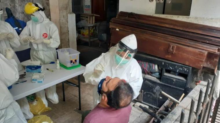 WNA dibawah naungan IOM saat diperiksa tim kesehatan Pemkot Tangerang Selatan. (Foto: TitikNOL)
